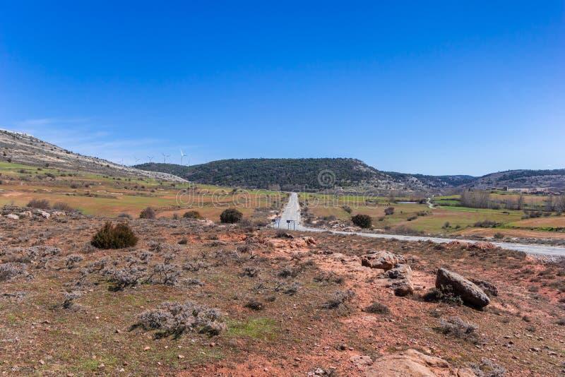 Αγροτικός δρόμος μέσω του τοπίου της Καστίλλης Υ Leon, Ισπανία στοκ φωτογραφίες