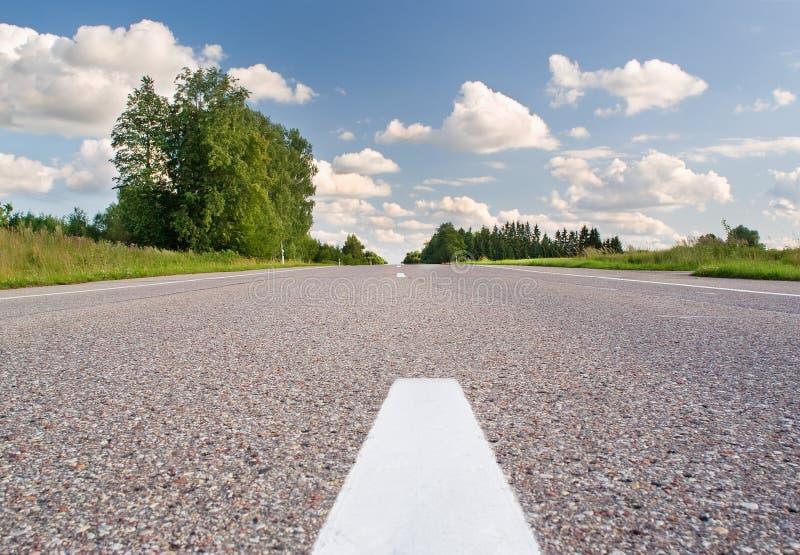 Αγροτικός δρόμος την ηλιόλουστη ημέρα στοκ εικόνα με δικαίωμα ελεύθερης χρήσης