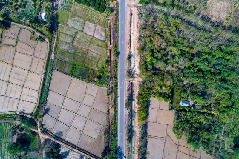 Αγροτικός οδικός πυροβολισμός της Ταϊλάνδης από τον κηφήνα ότι ο τρόπος πηγαίνει στο βουνό με τον τομέα και την κοιλάδα εκτός από στοκ φωτογραφίες