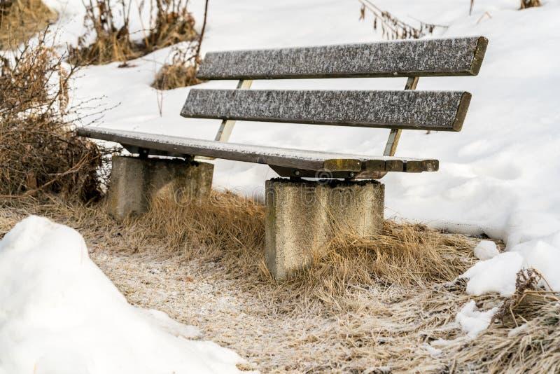 Αγροτικός πάγκος κήπων υπαίθρια σε ένα χιονώδες πάρκο στοκ εικόνες