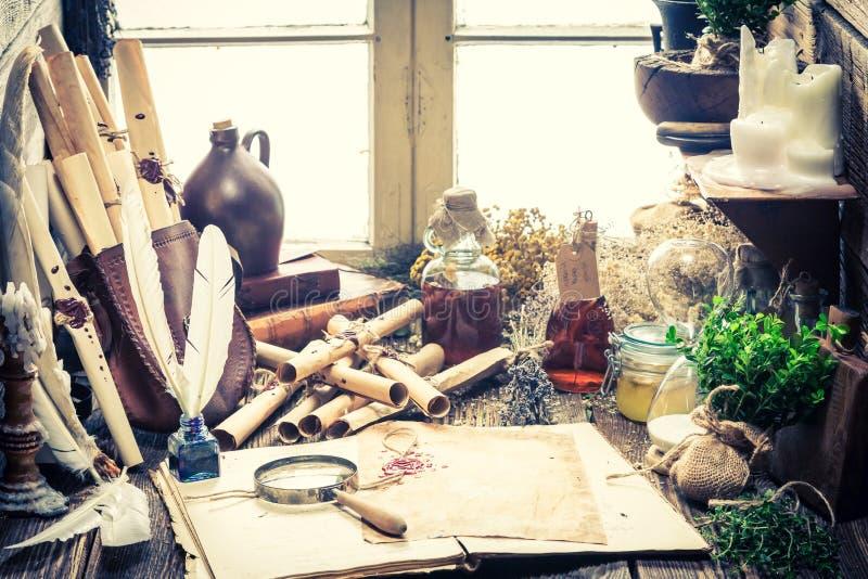 Αγροτικό εργαστήριο μαγισσών με τους κυλίνδρους και τις εγκαταστάσεις στοκ φωτογραφίες με δικαίωμα ελεύθερης χρήσης