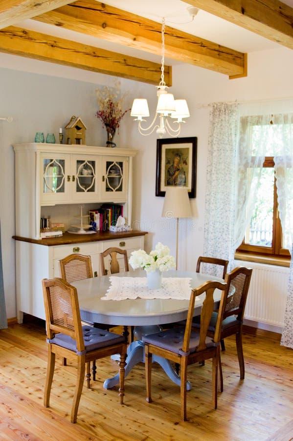 Αγροτικό εσωτερικό τραπεζαρίας και κουζινών του αγροτικού πολωνικού σπιτιού στοκ φωτογραφία με δικαίωμα ελεύθερης χρήσης