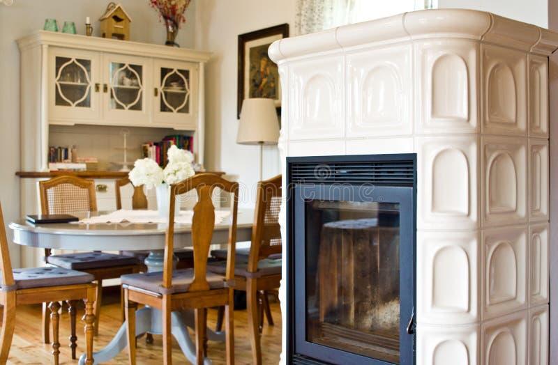 Αγροτικό εσωτερικό τραπεζαρίας και κουζινών του αγροτικού πολωνικού σπιτιού στοκ φωτογραφίες με δικαίωμα ελεύθερης χρήσης