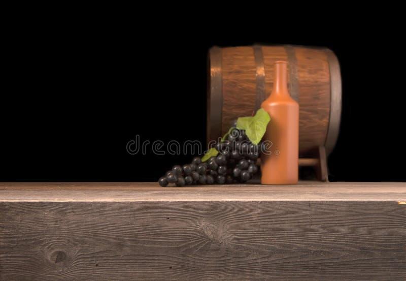 Αγροτικό θολωμένο ξύλινο βαρέλι σε ένα υπόβαθρο νύχτας στοκ φωτογραφία