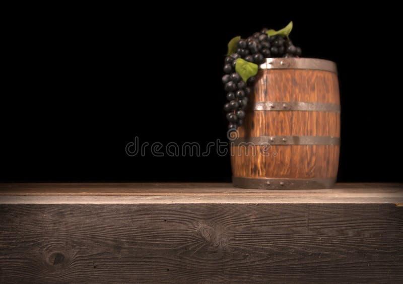 Αγροτικό θολωμένο ξύλινο βαρέλι σε ένα υπόβαθρο νύχτας στοκ εικόνα