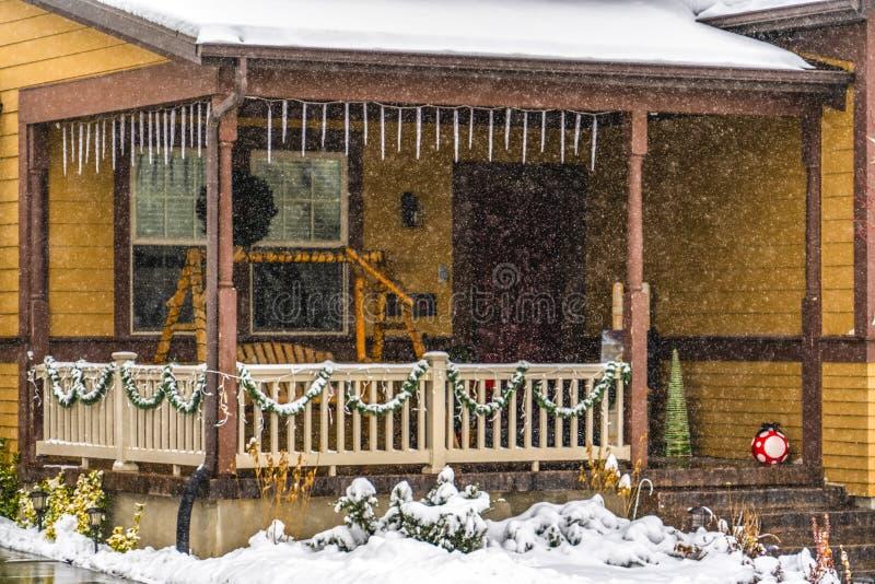 Αγροτικό καφετί σπίτι στη χαραυγή Γιούτα που αντιμετωπίζεται μέσω του μειωμένου χιονιού το χειμώνα στοκ φωτογραφία