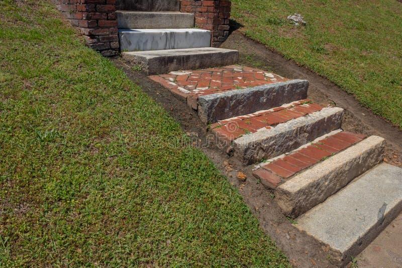 Αγροτικό κλιμακοστάσιο τούβλου που κατασκευάζεται από το ανακυκλωμένα τούβλο, την πέτρα, και το μάρμαρο στοκ φωτογραφίες με δικαίωμα ελεύθερης χρήσης