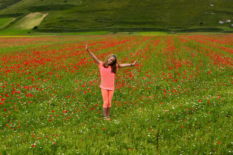 αγροτικό κορίτσι ευτυχές στοκ φωτογραφία με δικαίωμα ελεύθερης χρήσης