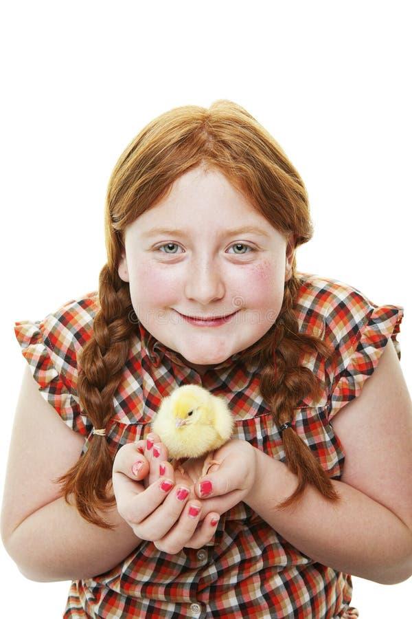 Αγροτικό κορίτσι με το νεοσσό στοκ εικόνες
