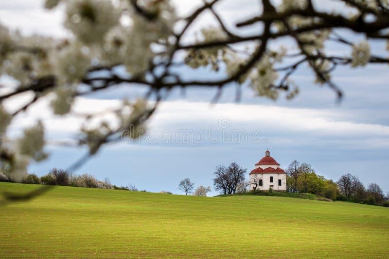 Αγροτικό μπαρόκ τοπίο παρεκκλησιών την άνοιξη στοκ εικόνες
