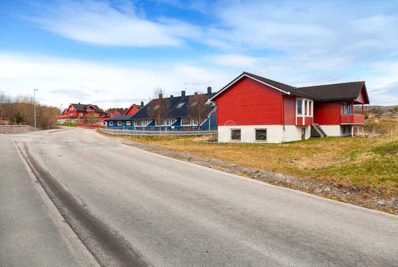 Αγροτικό νορβηγικό τοπίο με το δρόμο ασφάλτου στοκ εικόνες με δικαίωμα ελεύθερης χρήσης