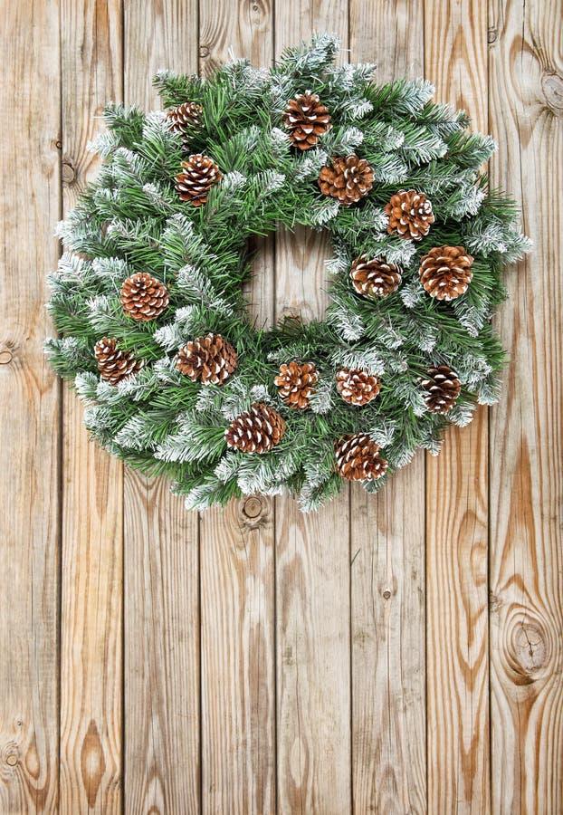 Αγροτικό ξύλινο υπόβαθρο διακοσμήσεων στεφανιών Χριστουγέννων στοκ φωτογραφίες με δικαίωμα ελεύθερης χρήσης
