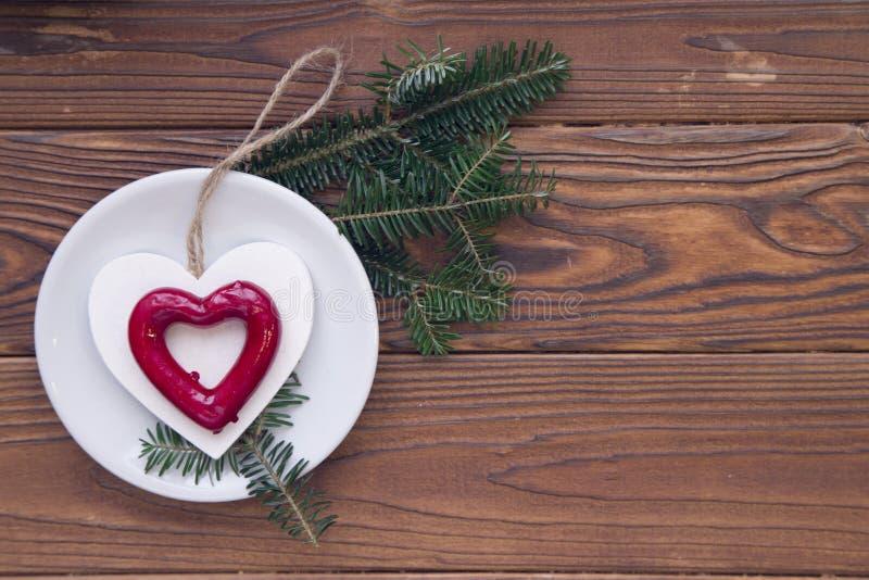 Αγροτικό ξύλινο υπόβαθρο Χριστουγέννων με τους κλάδους και τις διακοσμήσεις δέντρων έλατου στοκ εικόνα με δικαίωμα ελεύθερης χρήσης