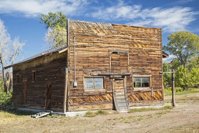 Αγροτικό ξύλινο παλαιό μπροστινό κτήριο καταστημάτων στοκ εικόνα