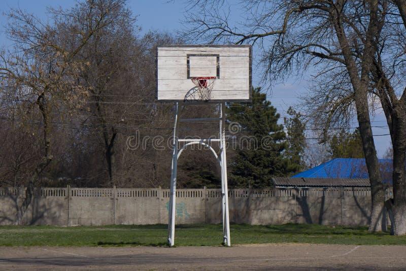 Αγροτικό παλαιό ασφαλτωμένο γήπεδο μπάσκετ στοκ φωτογραφία