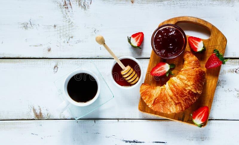 Αγροτικό πρόγευμα με croissant στοκ εικόνες