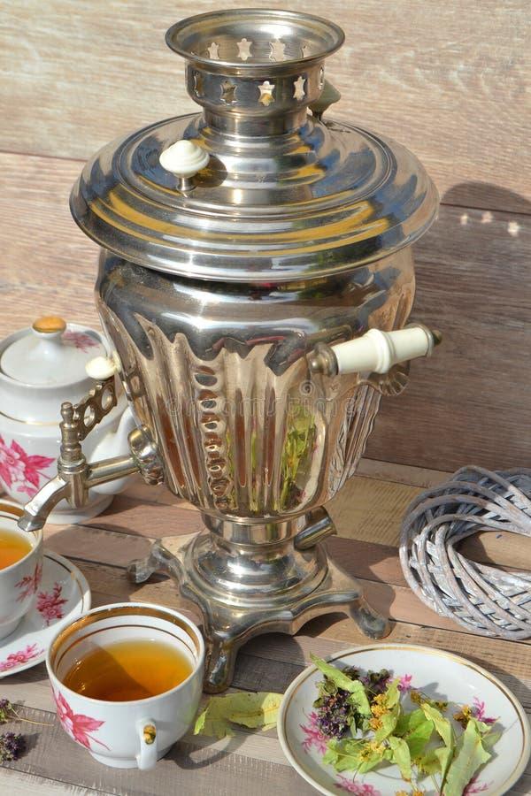 Αγροτικό ρωσικό παραδοσιακό σαμοβάρι για το σχέδιο τρόπου ζωής με το βοτανικό τσάι, κάθετη φωτογραφία στο αγροτικό ύφος στοκ φωτογραφίες με δικαίωμα ελεύθερης χρήσης
