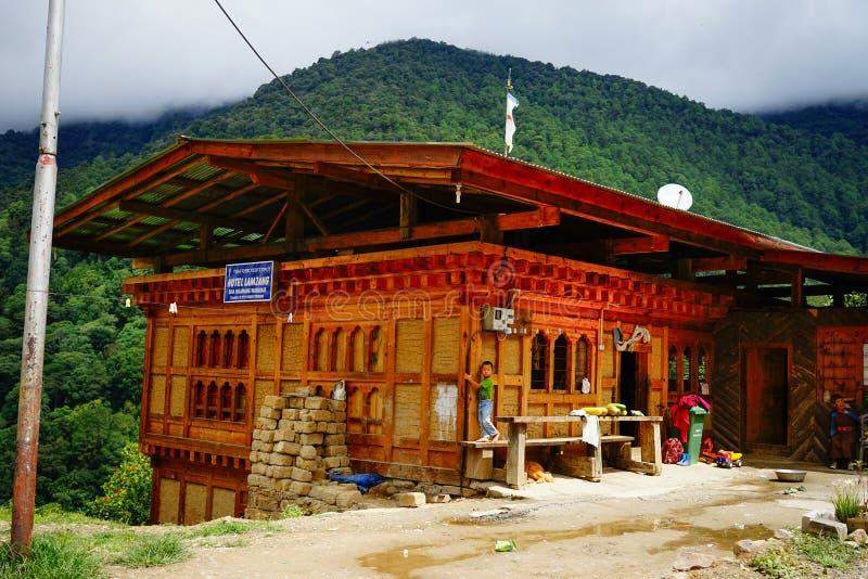 Αγροτικό σπίτι στο βουνό στο Μπουτάν στοκ εικόνες με δικαίωμα ελεύθερης χρήσης