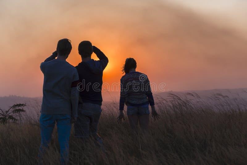 Αγροτικό τοπίο ηλιοβασιλέματος ανθρώπων στοκ εικόνα