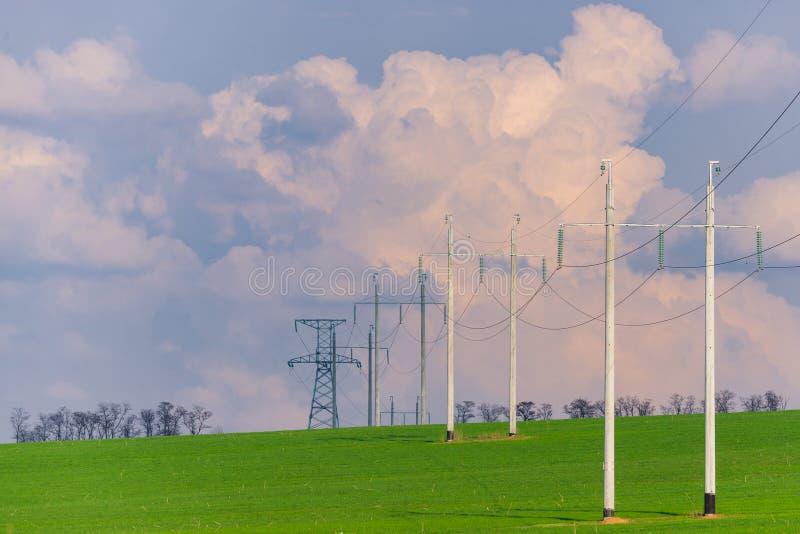 Αγροτικό τοπίο με την υψηλής τάσεως γραμμή στο ηλιοβασίλεμα στοκ εικόνα με δικαίωμα ελεύθερης χρήσης