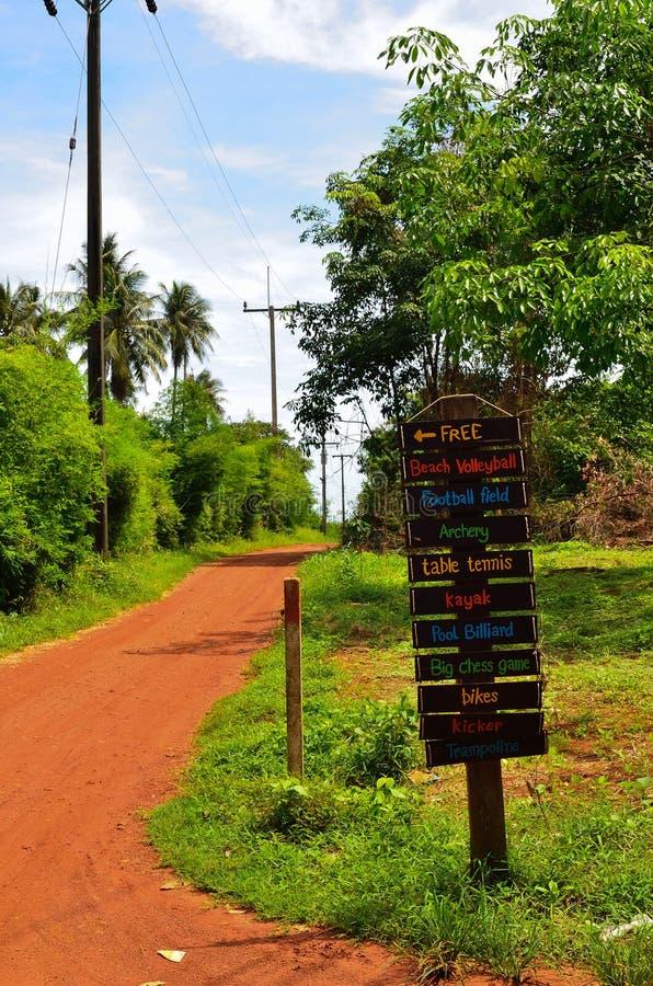 Αγροτικό τοπίο με τον παλαιούς δρόμο και το σημάδι στοκ φωτογραφίες με δικαίωμα ελεύθερης χρήσης