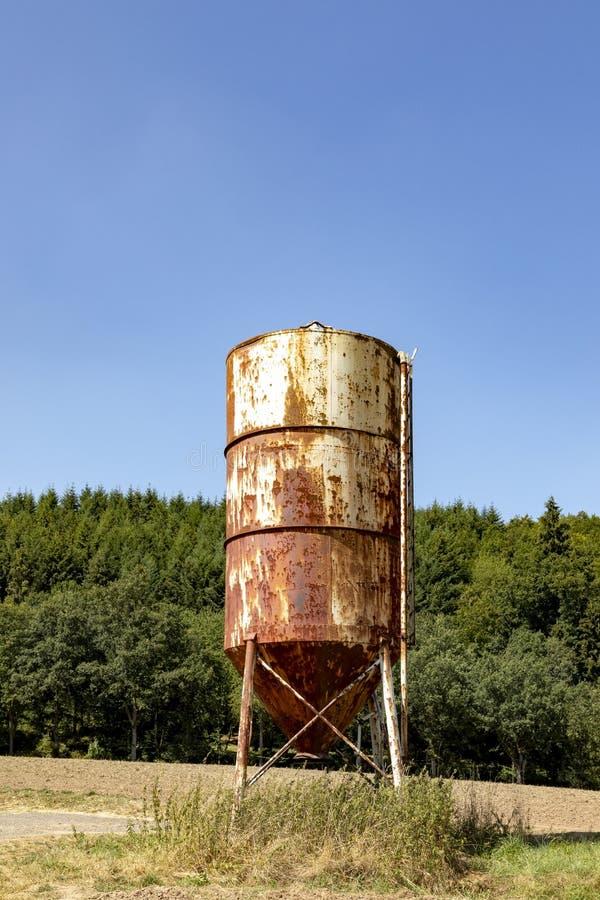 Αγροτικό τοπίο με το παλαιό σκουριασμένο σιλό στον τομέα στοκ φωτογραφίες με δικαίωμα ελεύθερης χρήσης