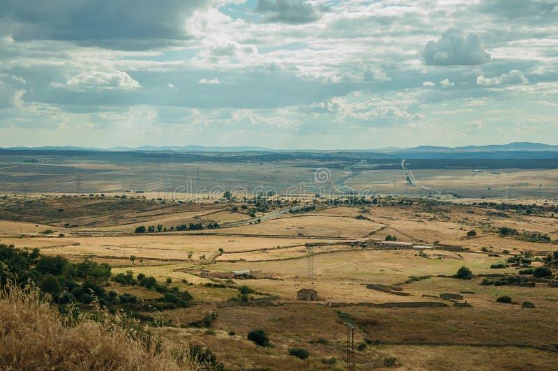 Αγροτικό τοπίο των καλλιεργημένων τομέων και των λόφων κοντά Trujillo στοκ εικόνα