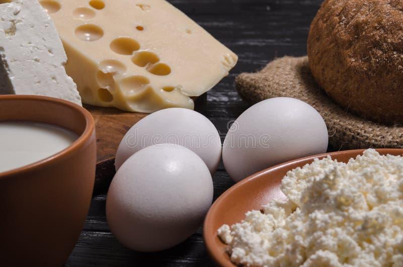 Αγροτικό ψωμί προγευμάτων, τυρί, τυρί, τυρί εξοχικών σπιτιών, γάλα και στοκ φωτογραφία με δικαίωμα ελεύθερης χρήσης