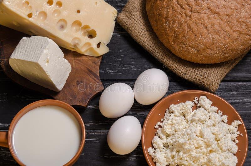 Αγροτικό ψωμί προγευμάτων, τυρί, φέτα, τυρί εξοχικών σπιτιών, γάλα και ε στοκ φωτογραφίες