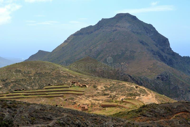 Αγρόκτημα βουνών μπροστά από Roque del Conde στοκ εικόνες με δικαίωμα ελεύθερης χρήσης