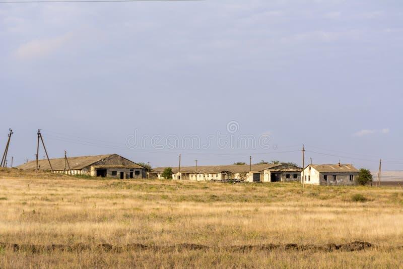 Αγρόκτημα για τις αγελάδες Εγκαταλειμμένος από τους ανθρώπους Εγκαταλειμμένα σπίτια Εγκαταλειμμένα χωριά στην Κριμαία στοκ φωτογραφίες