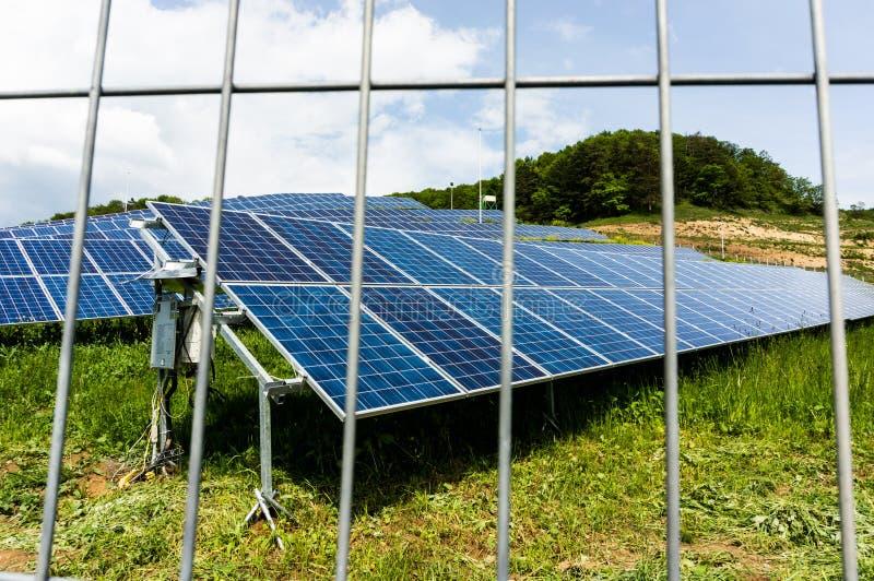 Αγρόκτημα ηλιακού πλαισίου με το φράκτη στοκ φωτογραφία με δικαίωμα ελεύθερης χρήσης