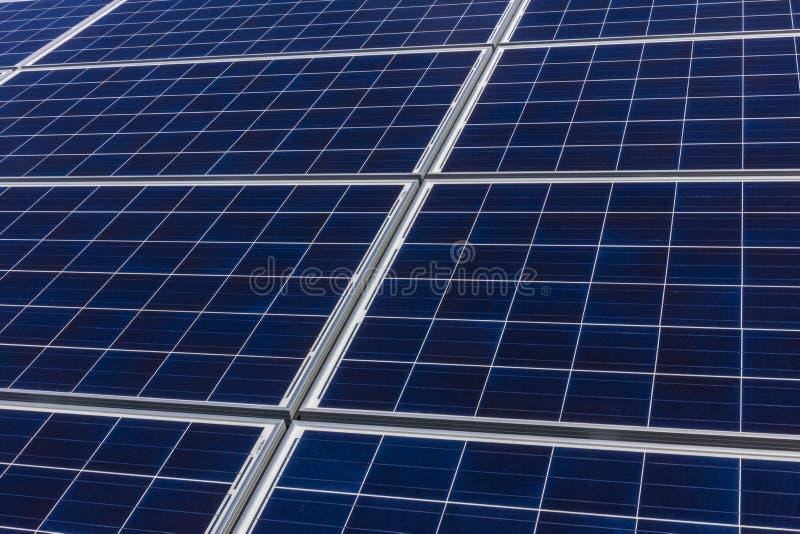 Αγρόκτημα ηλιακού πλαισίου Οι τομείς καλαμποκιού μετατρέπονται στις πράσινες ενεργειακές περιοχές χρησιμοποιώντας τα φωτοβολταϊκά στοκ εικόνες