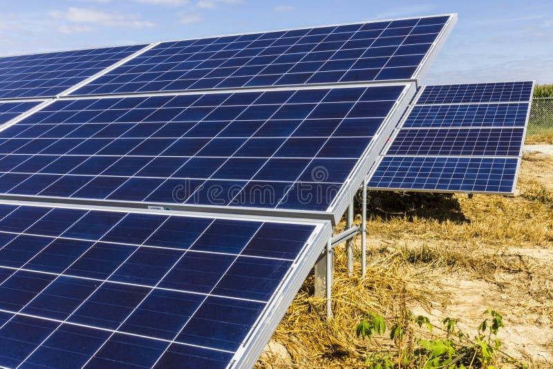 Αγρόκτημα ηλιακού πλαισίου Οι τομείς καλαμποκιού μετατρέπονται στις πράσινες ενεργειακές περιοχές χρησιμοποιώντας τα φωτοβολταϊκά στοκ φωτογραφίες με δικαίωμα ελεύθερης χρήσης