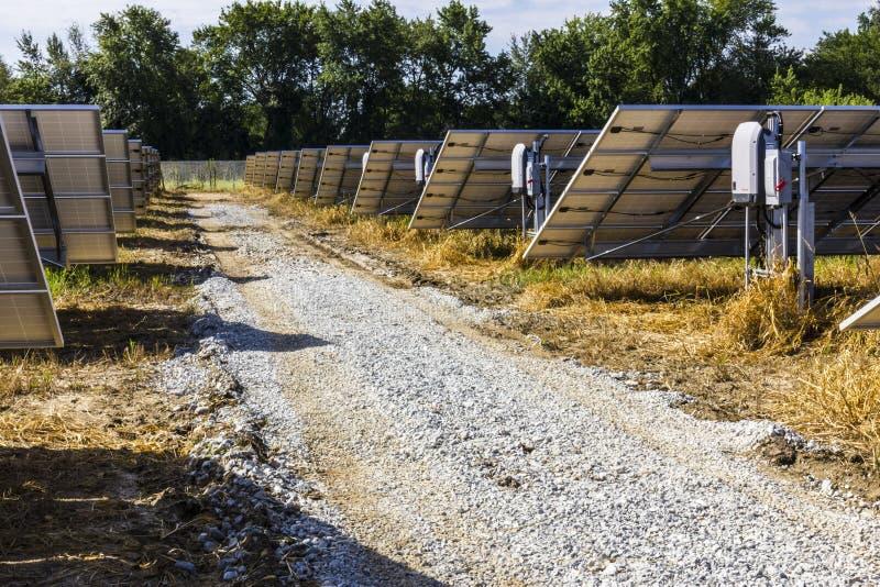 Αγρόκτημα ηλιακού πλαισίου Οι τομείς καλαμποκιού μετατρέπονται στις πράσινες ενεργειακές περιοχές χρησιμοποιώντας τα φωτοβολταϊκά στοκ φωτογραφία με δικαίωμα ελεύθερης χρήσης