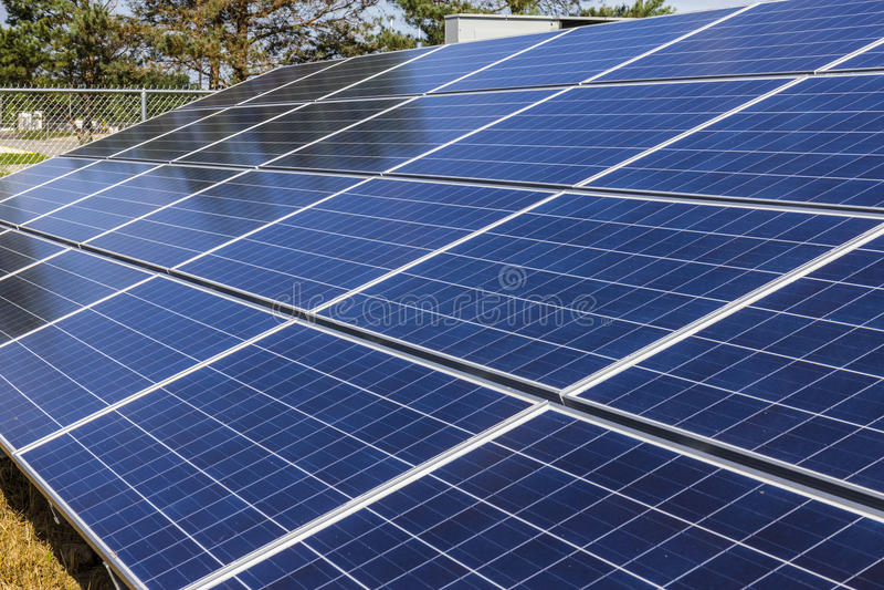 Αγρόκτημα ηλιακού πλαισίου Οι τομείς καλαμποκιού μετατρέπονται στις πράσινες ενεργειακές περιοχές χρησιμοποιώντας τα φωτοβολταϊκά στοκ εικόνα με δικαίωμα ελεύθερης χρήσης