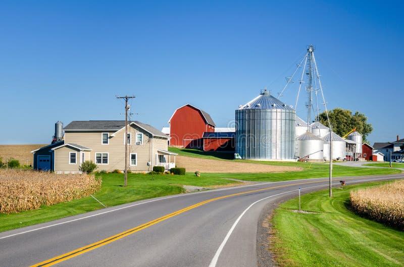 Αγρόκτημα κατά μήκος μιας εθνικής οδού στοκ εικόνες