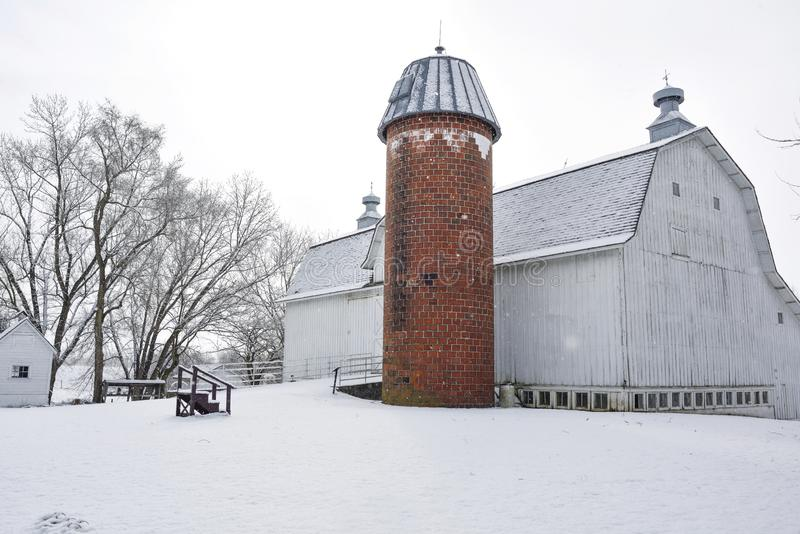 Αγρόκτημα με τις φρέσκες χιονοπτώσεις στοκ φωτογραφία με δικαίωμα ελεύθερης χρήσης