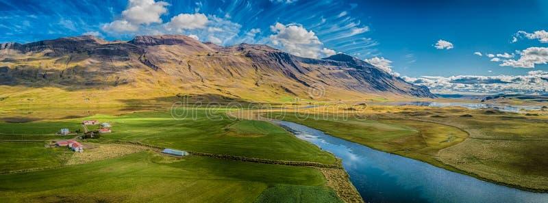Αγρόκτημα της Ισλανδίας κάτω από τα ηλιόλουστα βουνά στοκ φωτογραφία