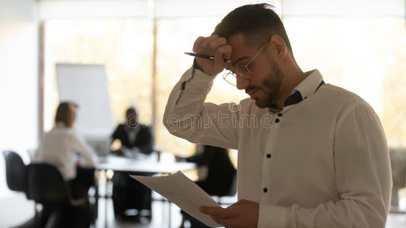 Αγχωμένος ιδρωμένος ομιλητής που διαβάζει ομιλία νιώθοντας δημόσιο φόβο στοκ εικόνα