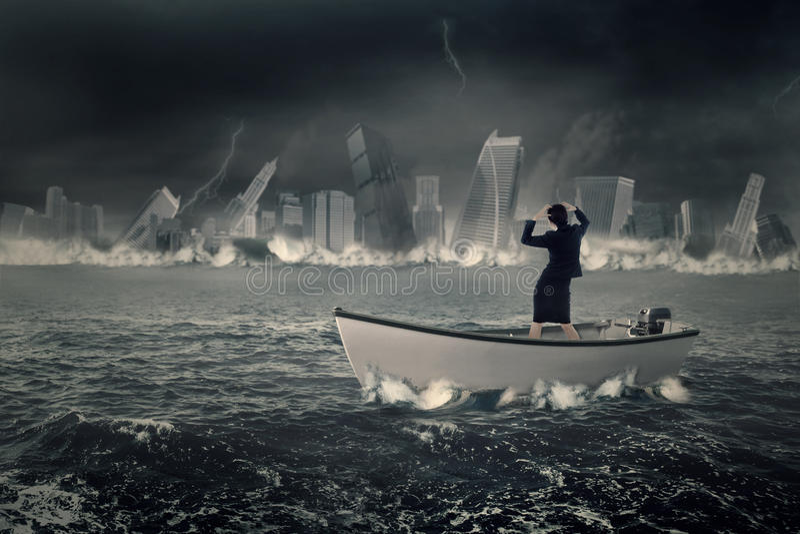 Αγχωτική επιχειρηματίας που στέκεται στη βάρκα στοκ φωτογραφία