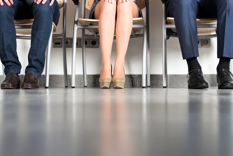 Αγχωτικοί επιχειρηματίες που περιμένουν τη συνέντευξη εργασίας στοκ εικόνες με δικαίωμα ελεύθερης χρήσης