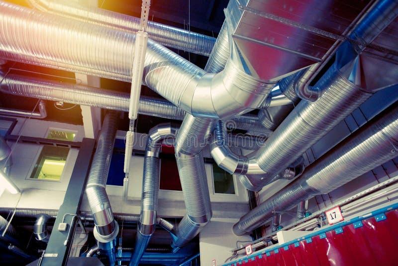 Αγωγοί σωλήνων εξαερισμού του βιομηχανικού όρου αέρα στοκ φωτογραφίες