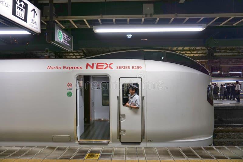Αγωγός που κοιτάζει αδιάκριτα μέσω του παραθύρου ενός σαφούς τραίνου Narita υψηλής ταχύτητας στοκ εικόνες με δικαίωμα ελεύθερης χρήσης