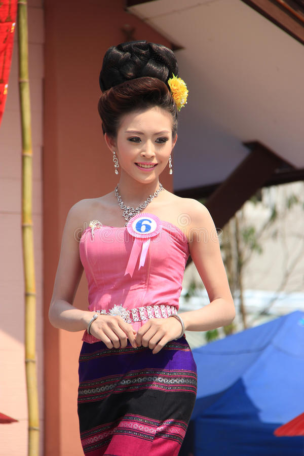 Αγωνιζόμενος για τη Δεσποινίς Songkran 2014 στοκ εικόνα