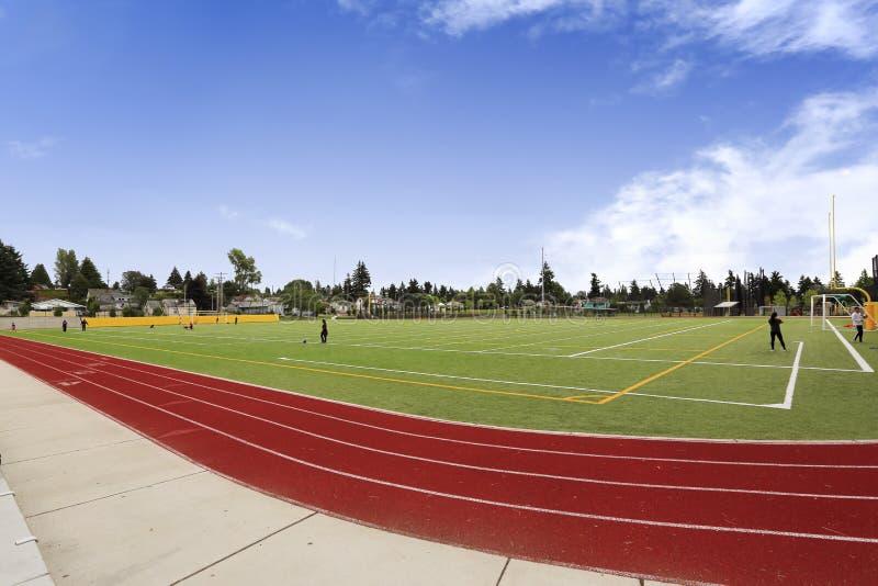 Αγωνιστικός χώρος ποδοσφαίρου και τρέχοντας ράφι Ναυπηγείο σχολικού αθλητισμού στοκ φωτογραφίες με δικαίωμα ελεύθερης χρήσης