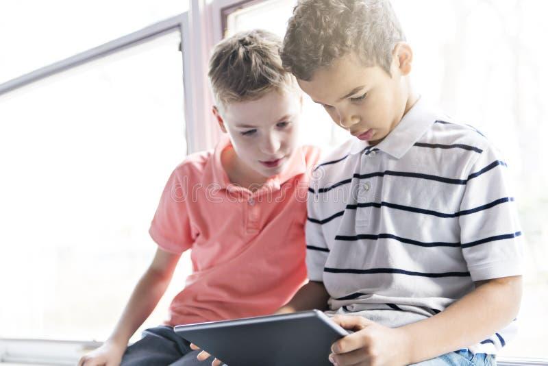 Αγόρια ή σπουδαστές με το σχολικό μάθημα υπολογιστών PC ταμπλετών στοκ φωτογραφία με δικαίωμα ελεύθερης χρήσης