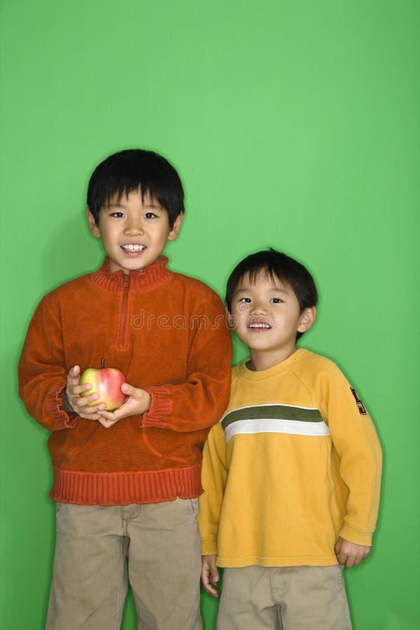 αγόρια μήλων στοκ φωτογραφίες