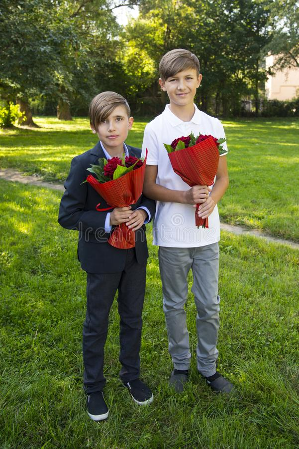 Αγόρια με τις ανθοδέσμες των τριαντάφυλλων στοκ φωτογραφία με δικαίωμα ελεύθερης χρήσης
