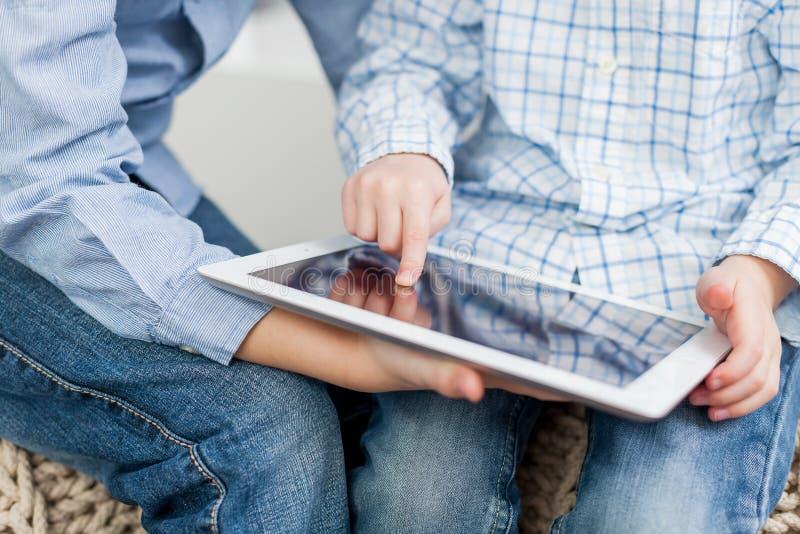 Αγόρια με το PC ταμπλετών στοκ εικόνες
